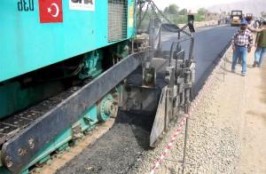 primo, strato, asfalto, di cui, compattato, ghiaia, di base, di Kabul, Kandahar, strada
