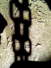 ombre, chaînes, mur