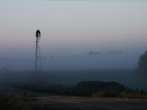 molino de viento, la niebla