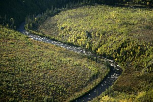 joki, vuoret, keväällä