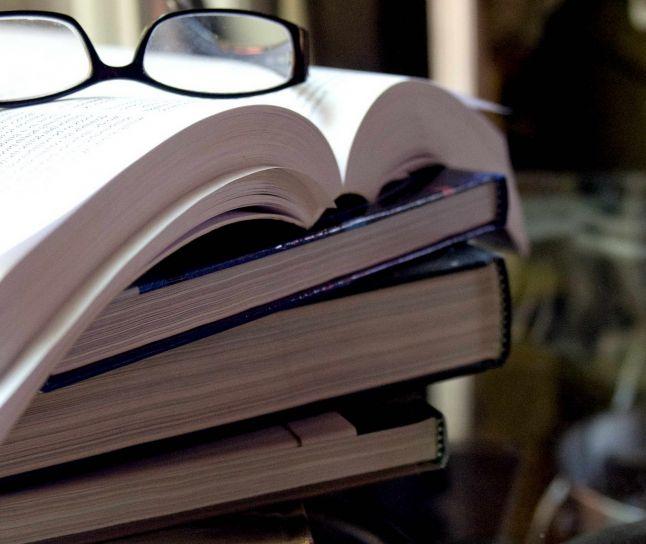 pila, libri, sormontati, coppia, occhiali da vista