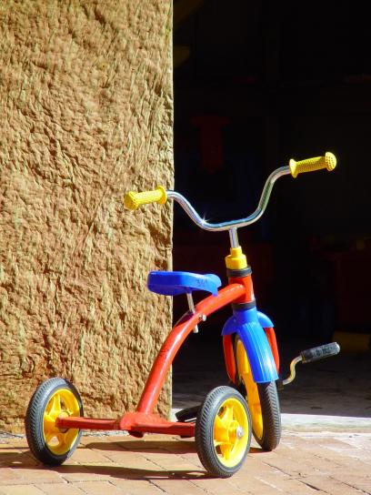 bambino, triciclo, rosso, blu, giallo