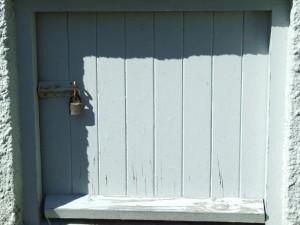 porta trancada, de madeira,