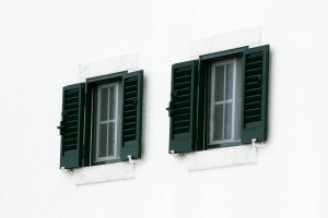 deux, fenêtres, mur blanc