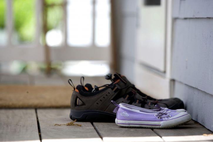 paars, bruin, sport, schoenen, voordeur, huis, deurmat