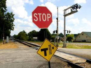 deux, trafic, signes, indiquant, intersection, route, chemin de fer