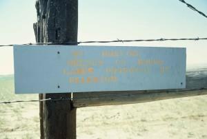 avertissement, signe, barrière, barbelé, fil, empoisonnés, des lacs