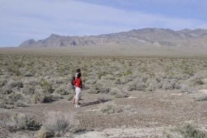 homme, femme, debout, au premier plan, scénique, désert