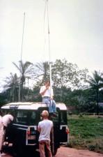 การปรับ อุปกรณ์ ความพยายาม สร้าง คลื่นสั้น วิทยุ ติดต่อ ระหว่าง เมือง