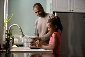 Afro-américain, père, montré, processus, enseignement, jeune, fille