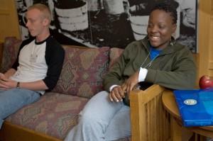 Afro-américaine jeune fille, assise, salon, coin