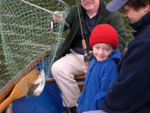 jeune garçon, pêche, enfant, pose, premier poisson