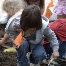 jeune fille, à la truelle, creuser, trou, plante, pollinisateur, jardin