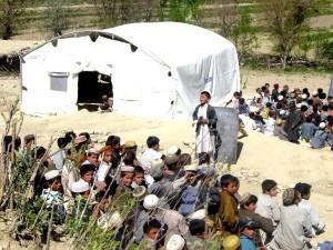 Afghanistan, les garçons, en plein air, classe