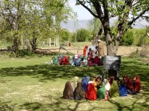 Afganistán, las niñas, al aire libre, sala de clase, campo