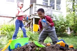 Afro-américain, garçon, fille, jouer, jardin