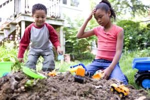 Afroamericanos, los niños que disfrutan, el aire fresco, físico, actividad, interactuando, amigos