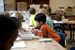 Asiatisch, amerikanisch, Schuljunge, zu verarbeiten, zu schaffen, zeichnen, Auswahl, Box, Buntstifte