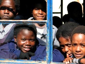 régiment, de base, l'école, Lusaka, Zambie, étudiants, regarder, salle de classe, la fenêtre