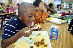 Junge essen, gekochtes Essen, Brokkoli, Schule, Mittagessen