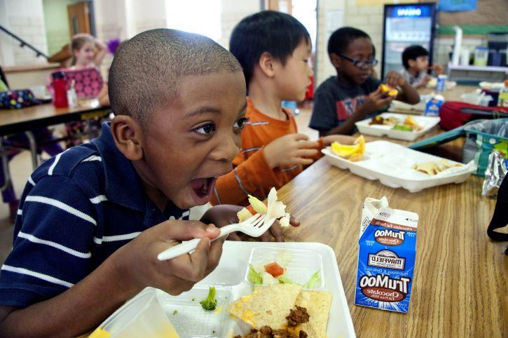 dječaka koji jedu, junetina, čili, taco, čips, čokolada, mlijeko, puding