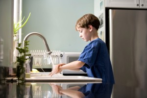 caucAsian, boy, washing, hands