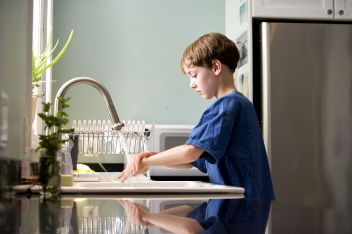 Free picture: caucAsian, boy, washing, hands