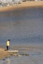 enfant, stands, à côté, escargot, couvert, rocher
