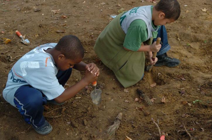 enfants, dig, des trous, la plantation, les plantes aquatiques, les herbes
