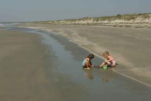 enfants, jouer, sable, plage
