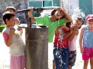 niños, juego, bomba de agua, Kazajstán