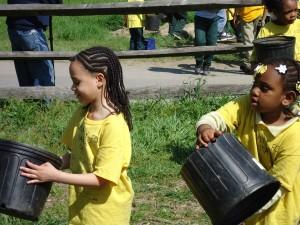 los niños, voluntarios, ayudando