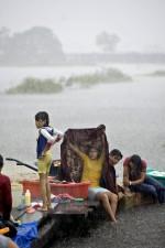 dzieci, mycie, ubrania, ulewne, ulewa, Trynidad, zalane, obszar