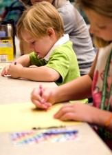 enfants, assis, table, mettre, créativité, travail, crayons