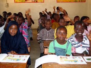 Klassenzimmer, Studenten, Lehrbücher, Afrika