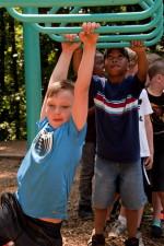 søt, gutt, henger, armer, overhead, stigen, swing