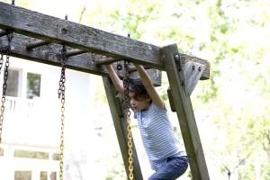 roztomilý, dievča, hrať vonku, backyard, swing, sada