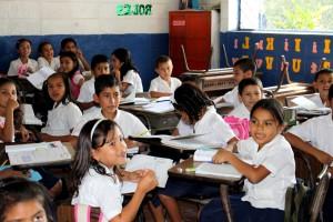 San Salvador, po tretie, triedy, študenti, učebňa