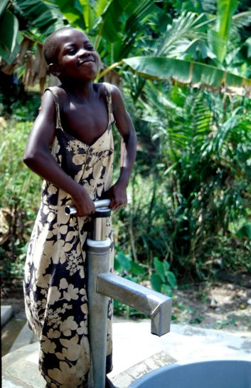 ghanaian, child, pumps, water, well