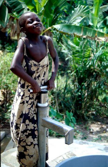 ghanaian, child, pumps, water, well