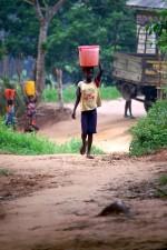 dívka, nese, kbelík, vody, ráno