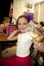 Curo, drži, plastika, vrećica, ruku, sadržana, jabuka, kriške