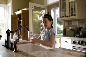niña, reír, lavado, manos, cocina