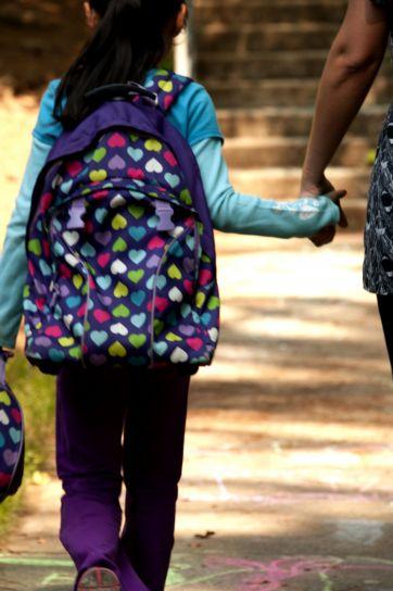 Kız, güvenli bir şekilde, eşlik, kampüs, okullar, ebeveyn, alma, noktaya