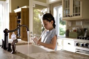 niña, lavado, manos, rápidamente, frotando con jabón, las manos, juntos, fresco, correr, grifo, el agua