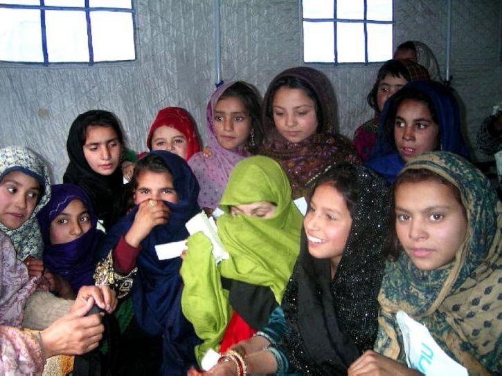 ragazze, Maira, campo, cassetta di sicurezza, luogo, gioco, insieme, tenda, protegge, neve, pioggia