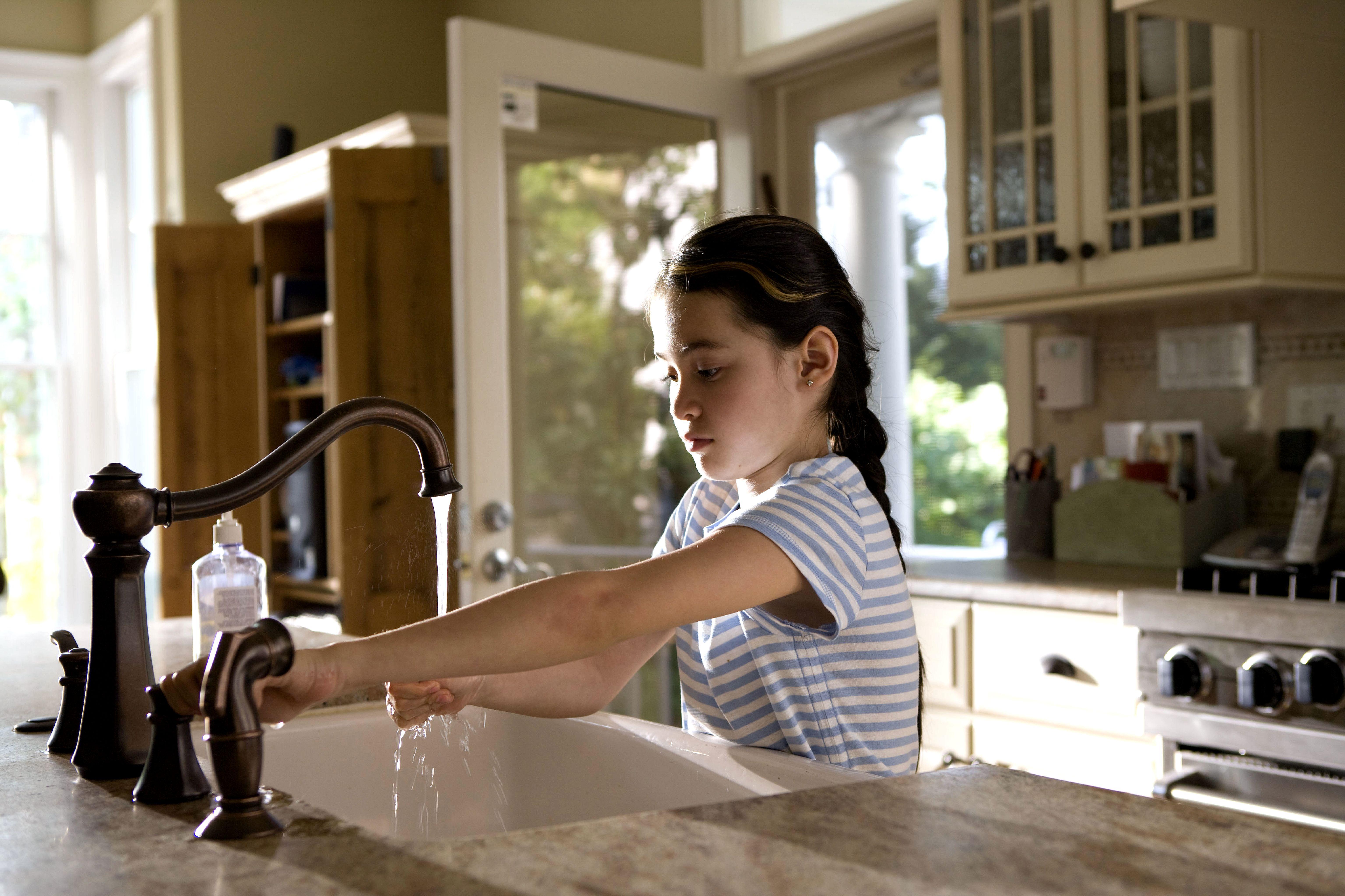 kostenlose bild m dchen vorsichtig ffnet wasser wasserh hne k che. Black Bedroom Furniture Sets. Home Design Ideas