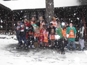 grupy, dzieci, oglądanie, śnieg, pada