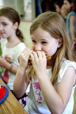 groupe, les enfants de l'école, assis, salle à manger
