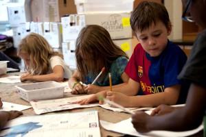 regroupement, les écoliers, les filles, se sont réunis, brun, papier, couverte, table
